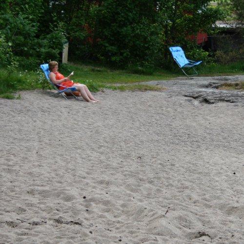 Anne koser seg på stranda i Ørje.
